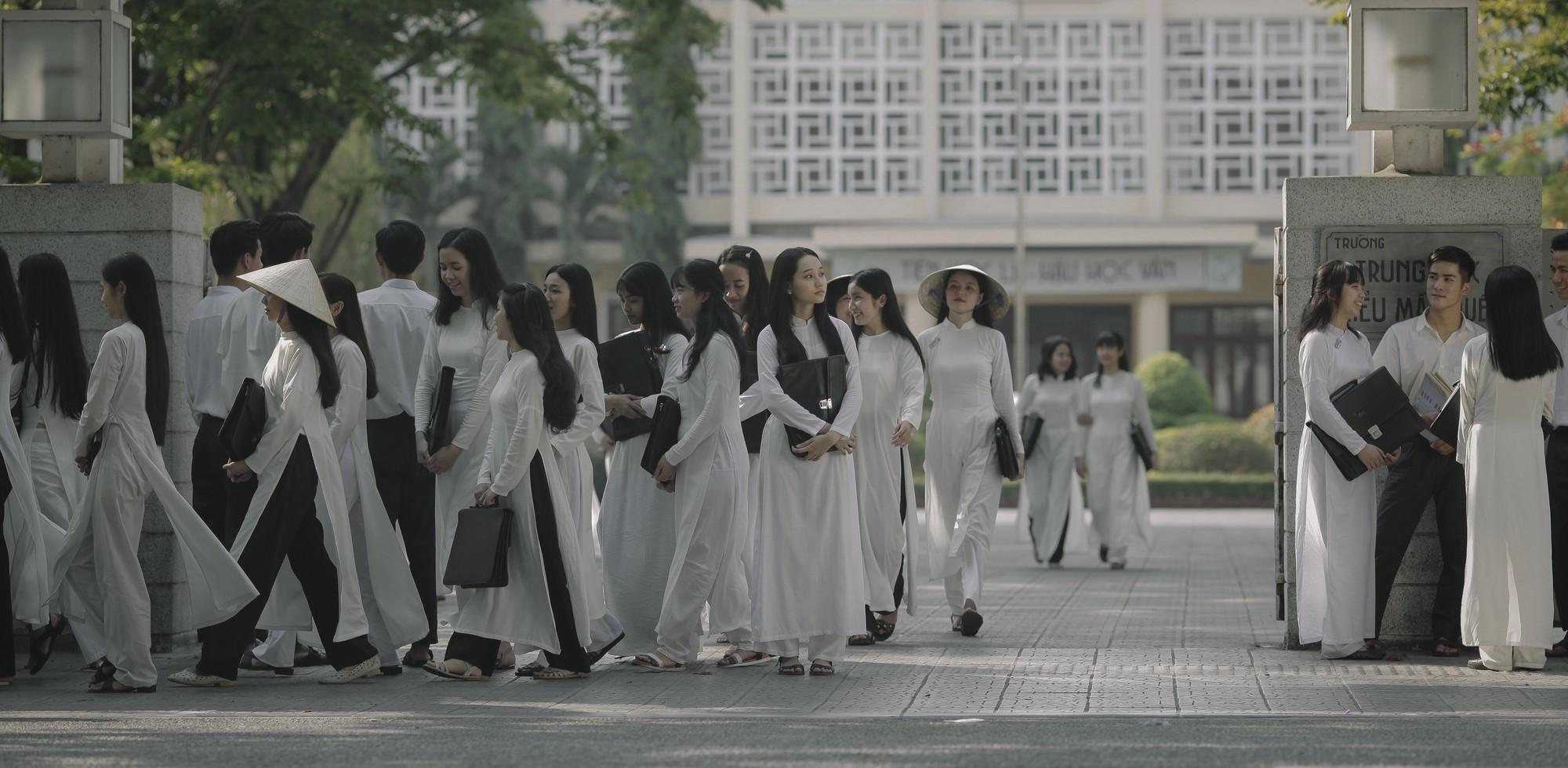 Trở về hồi ức tuổi trẻ cùng Mắt Biếc: Hà Lan đẹp đến nao lòng trong tà áo dài trắng bên chàng Ngạn si tình mùa tựu trường - Ảnh 1.