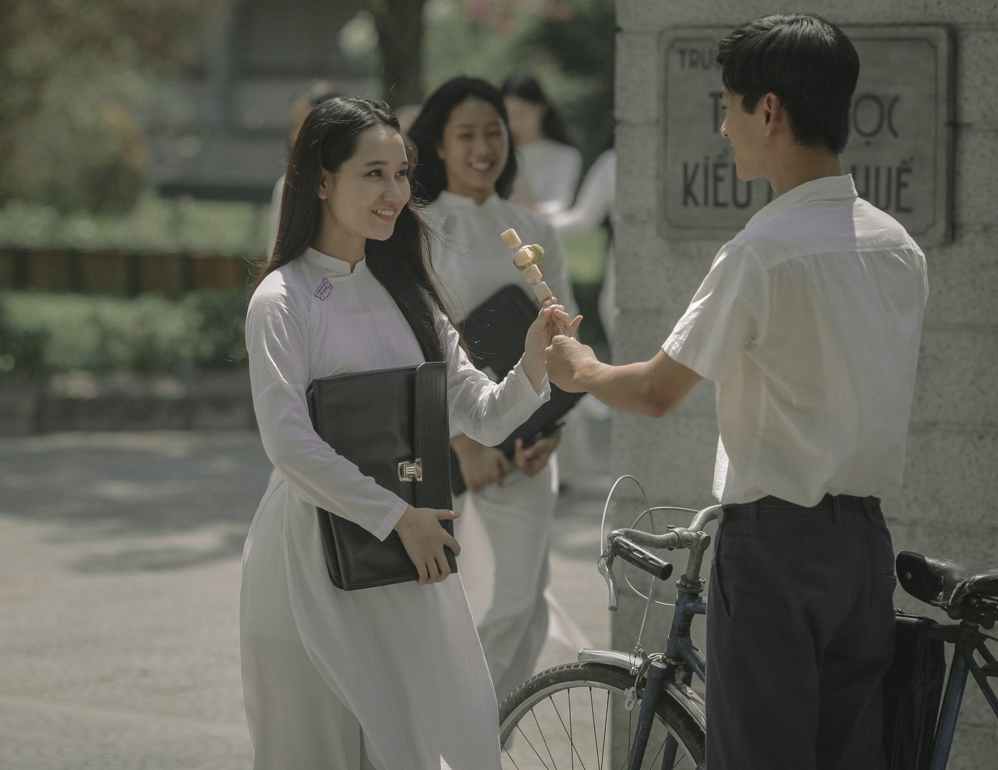 Trở về hồi ức tuổi trẻ cùng Mắt Biếc: Hà Lan đẹp đến nao lòng trong tà áo dài trắng bên chàng Ngạn si tình mùa tựu trường - Ảnh 2.