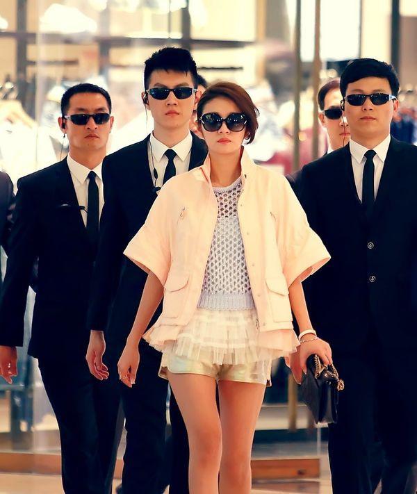 VZN News: 5 nhà mốt trên màn ảnh Trung: Triệu Lệ Dĩnh có siêu năng lực biến hàng hiệu thành đồ chợ, Na Trát thở thôi cũng thấy đẹp - Ảnh 9.