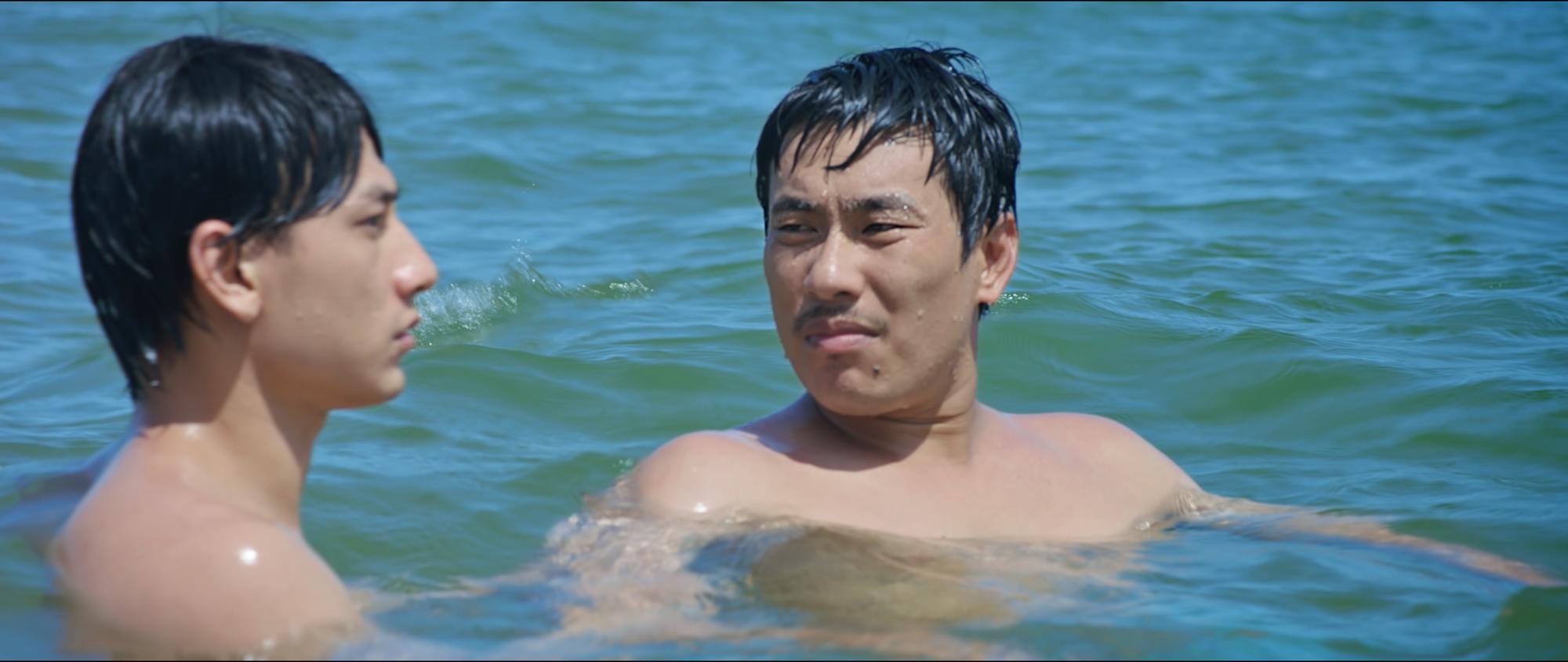 Anh Trai Yêu Quái được thánh lầy độ: Đi bơi dạt mất quần, Isaac đòi Kiều Minh Tuấn cởi gấp lấp vội thân dưới - Ảnh 11.