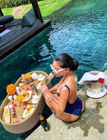 """""""Trốn Tết"""" kiểu cựu hot girl đình đám Meo Meo: Đưa con đi Bali nghỉ dưỡng, mùng 3 táo bạo thả dáng bên bể bơi"""