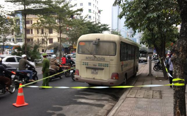 Nam tài xế ở Hà nội tử vong trên vô lăng, cửa xe có vết máu