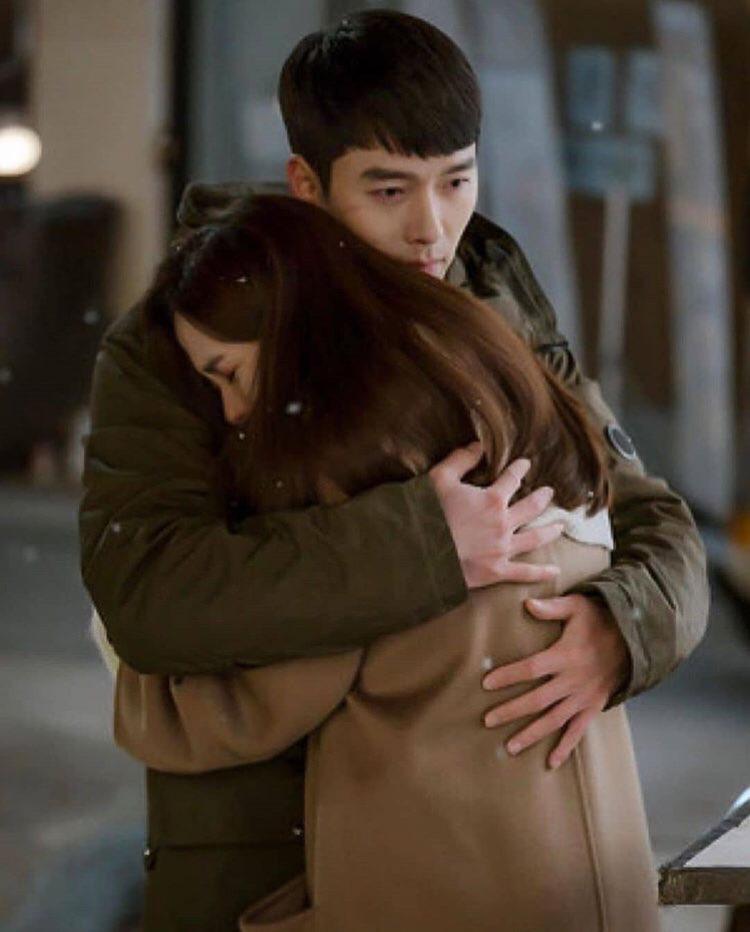 Bù đắp lại tuần hoãn chiếu và trò chôn preview: Crash Landing on You tung đỡ loạt ảnh Hyun Bin ôm ấp Son Ye Jin cực ngọt? - Ảnh 2.