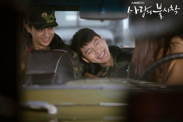 Bù đắp lại tuần hoãn chiếu và trò chôn preview: Crash Landing on You tung đỡ loạt ảnh Hyun Bin ôm ấp Son Ye Jin cực ngọt? - Ảnh 4.