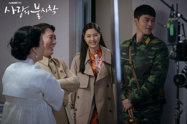 Bù đắp lại tuần hoãn chiếu và trò chôn preview: Crash Landing on You tung đỡ loạt ảnh Hyun Bin ôm ấp Son Ye Jin cực ngọt? - Ảnh 8.