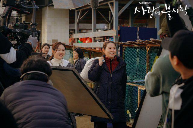Bù đắp lại tuần hoãn chiếu và trò chôn preview: Crash Landing on You tung đỡ loạt ảnh Hyun Bin ôm ấp Son Ye Jin cực ngọt? - Ảnh 7.