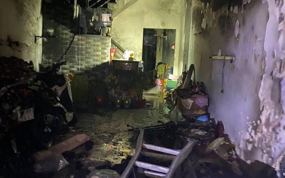 TP. HCM: Cháy 2 căn nhà lúc rạng sáng mùng 1 Tết, 5 người được giải cứu nhưng nhiều xe máy bị thiêu rụi