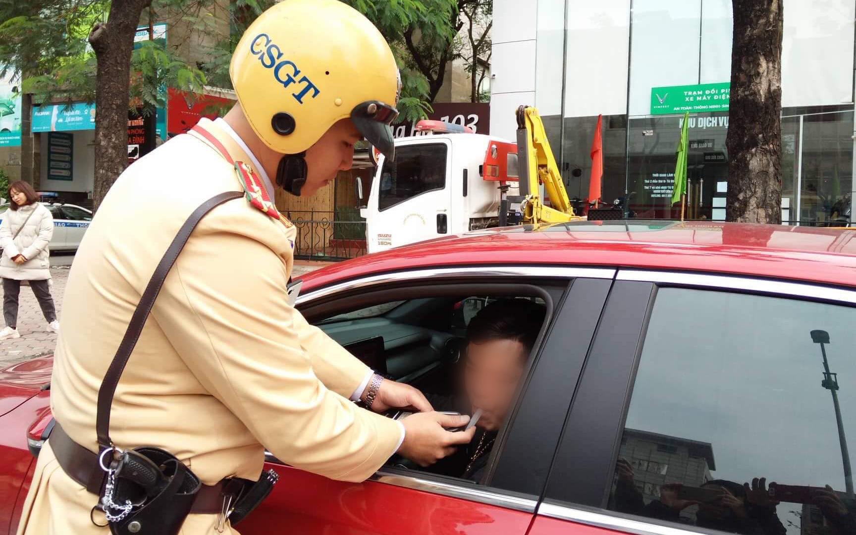 Vi phạm nồng độ cồn, người đàn ông bị tạm giữ phương tiện và GPLX được CSGT vẫy hộ taxi để gia đình tiếp tục du xuân