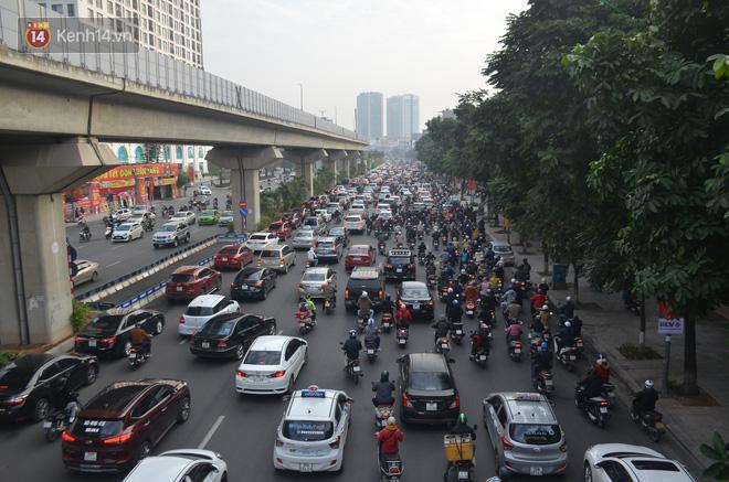 Ảnh: Đường phố Hà Nội nơi thoáng đãng, nơi ùn tắc trong ngày đi làm đầu tiên của năm 2020 - Ảnh 9.