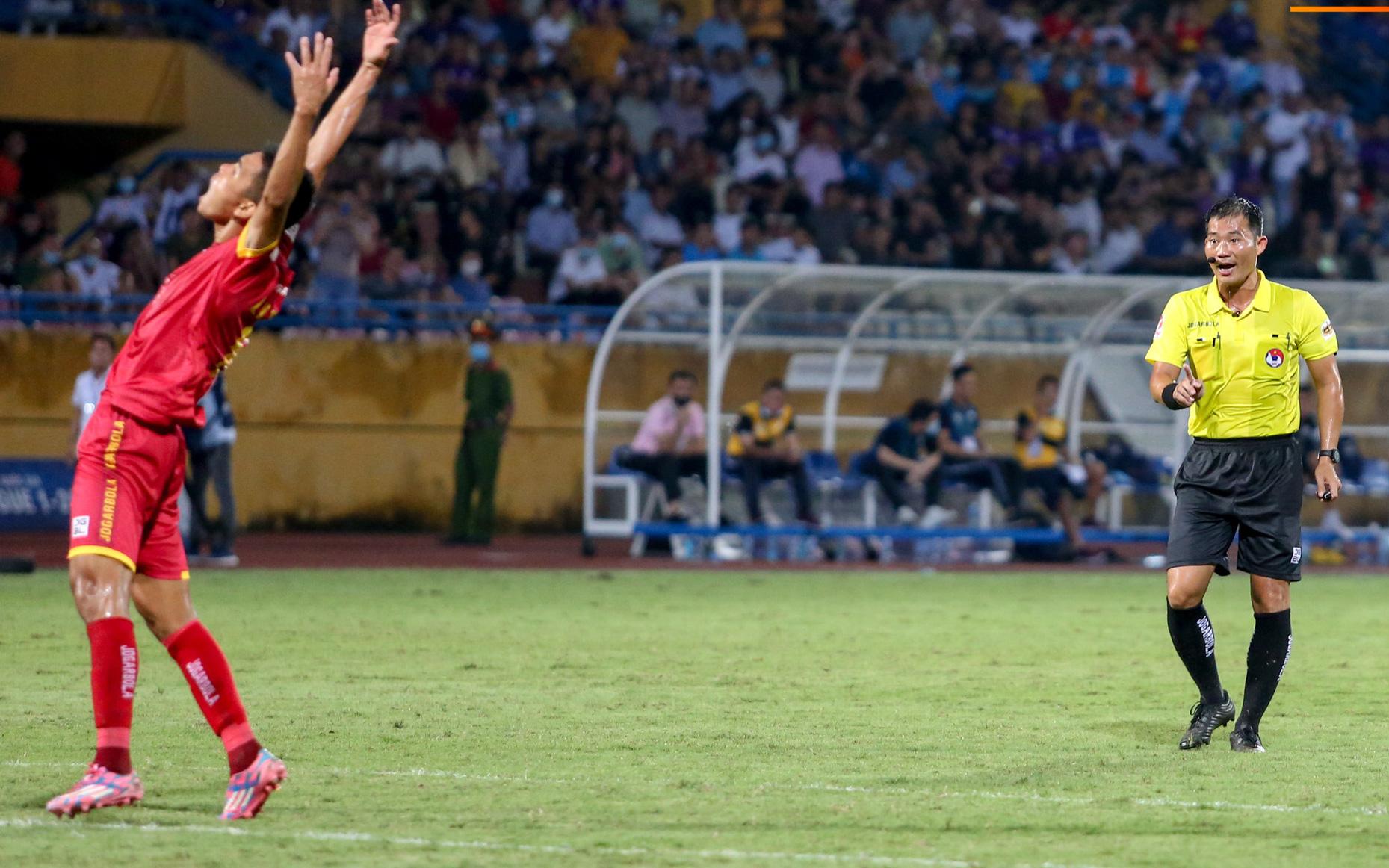 Trọng tài Việt bị cầu thủ ăn mừng ngay trước mặt,