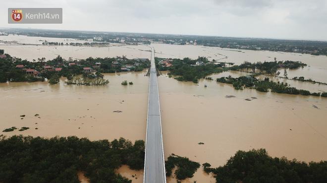 Chùm ảnh, video flycam: Cận cảnh lũ lịch sử nhấn chìm đường sá, ngập hàng ngàn ngôi nhà ở Quảng Bình - Ảnh 3.