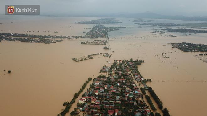 Chùm ảnh, video flycam: Cận cảnh lũ lịch sử nhấn chìm đường sá, ngập hàng ngàn ngôi nhà ở Quảng Bình - Ảnh 5.