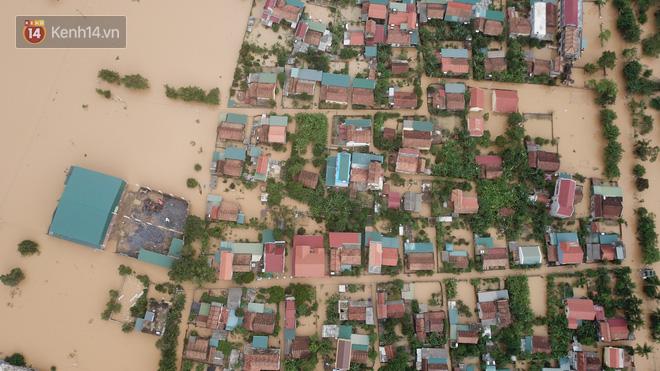 Chùm ảnh, video flycam: Cận cảnh lũ lịch sử nhấn chìm đường sá, ngập hàng ngàn ngôi nhà ở Quảng Bình - Ảnh 9.