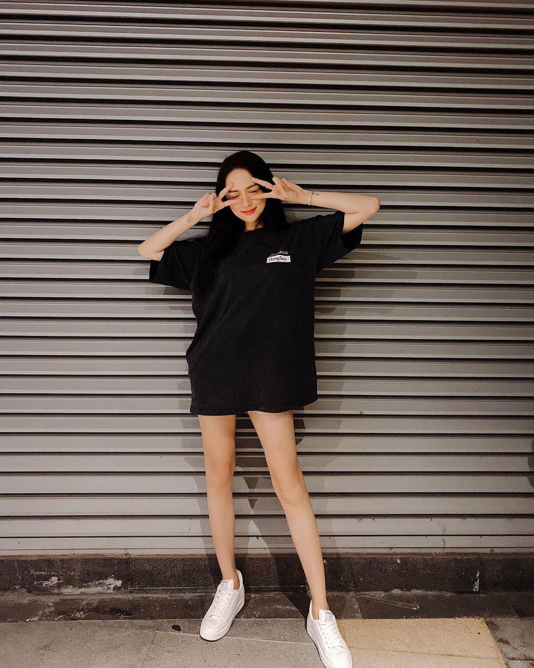 Instagram look xịn của sao Việt tuần qua: Ngọc Trinh lên đồ gợi cảm, cô em Chi Pu cũng bạo chẳng kém  - Ảnh 4.