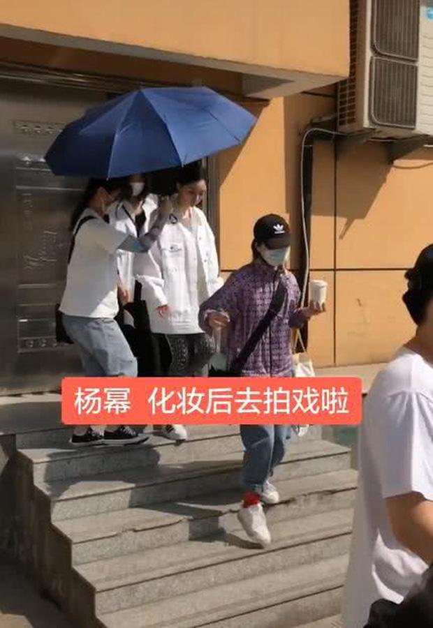50 sắc thái của Dương Mịch ở hậu trường phim: Luôn bị bắt gặp thái độ cau có, hiếm lắm mới nở nụ cười - Ảnh 8.