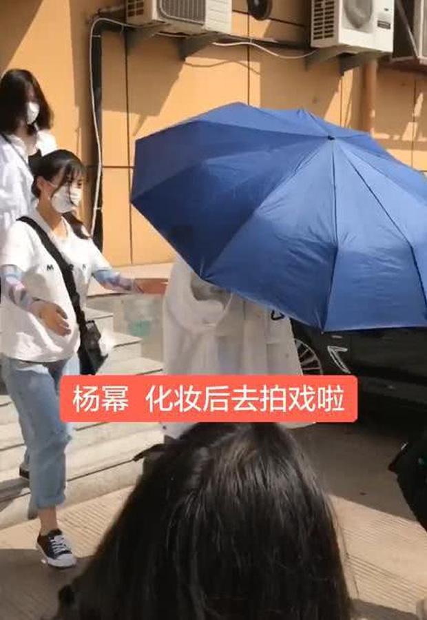 50 sắc thái của Dương Mịch ở hậu trường phim: Luôn bị bắt gặp thái độ cau có, hiếm lắm mới nở nụ cười - Ảnh 9.