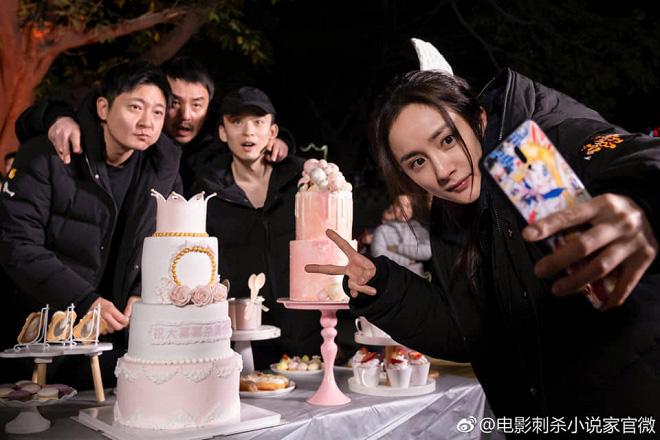 50 sắc thái của Dương Mịch ở hậu trường phim: Luôn bị bắt gặp thái độ cau có, hiếm lắm mới nở nụ cười - Ảnh 24.