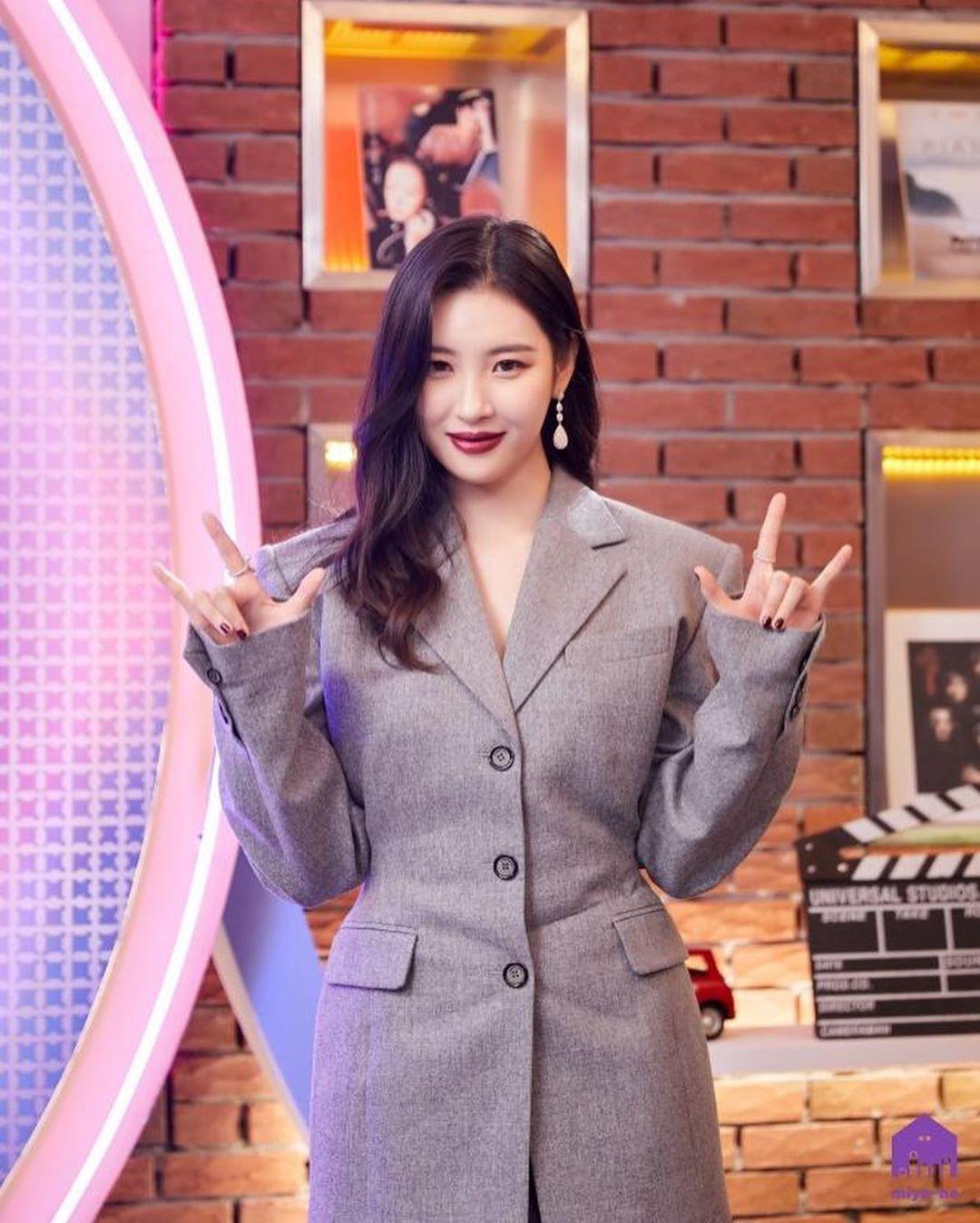 Style khi đi ghi hình của loạt idol Kpop: Người mặc đơn giản vẫn hút, người như trình diễn thời trang - Ảnh 4.