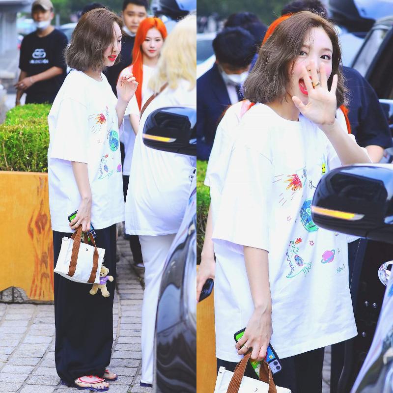 Style khi đi ghi hình của loạt idol Kpop: Người mặc đơn giản vẫn hút, người như trình diễn thời trang - Ảnh 8.