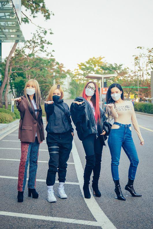 No.1 Naver hôm nay: Em út sexy nhất Kpop Hwasa khiến fan tá hỏa tưởng... không mặc áo, lấn át Lee Hyori và dàn đàn chị bốc lửa - Ảnh 3.