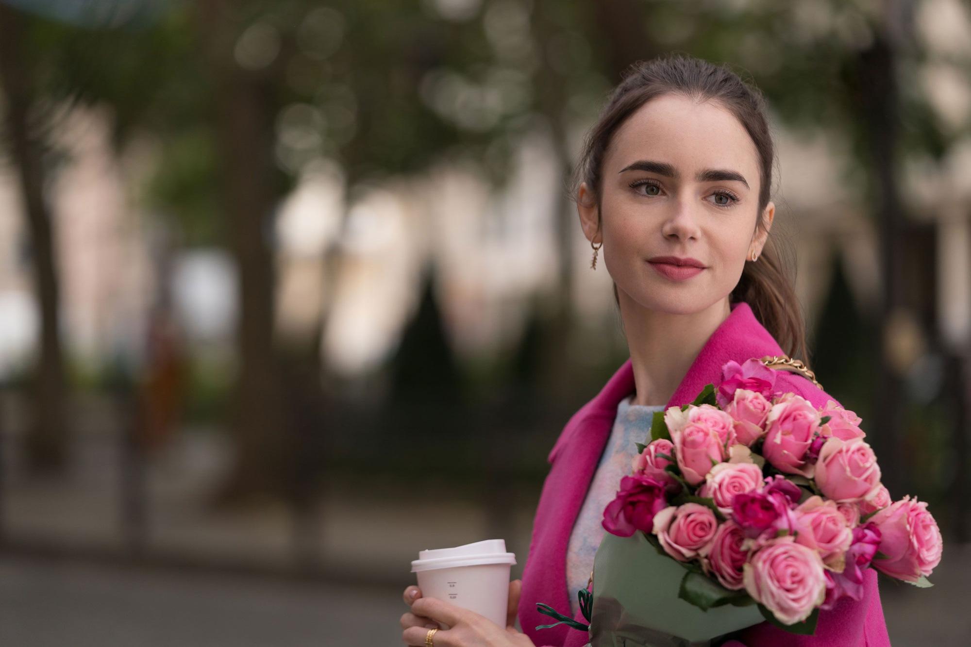 Nữ chính Emily Ở Paris gây sốc tiết lộ tuổi thật của nhân vật: Mới đôi mươi đã có bằng Cao học? - Ảnh 1.