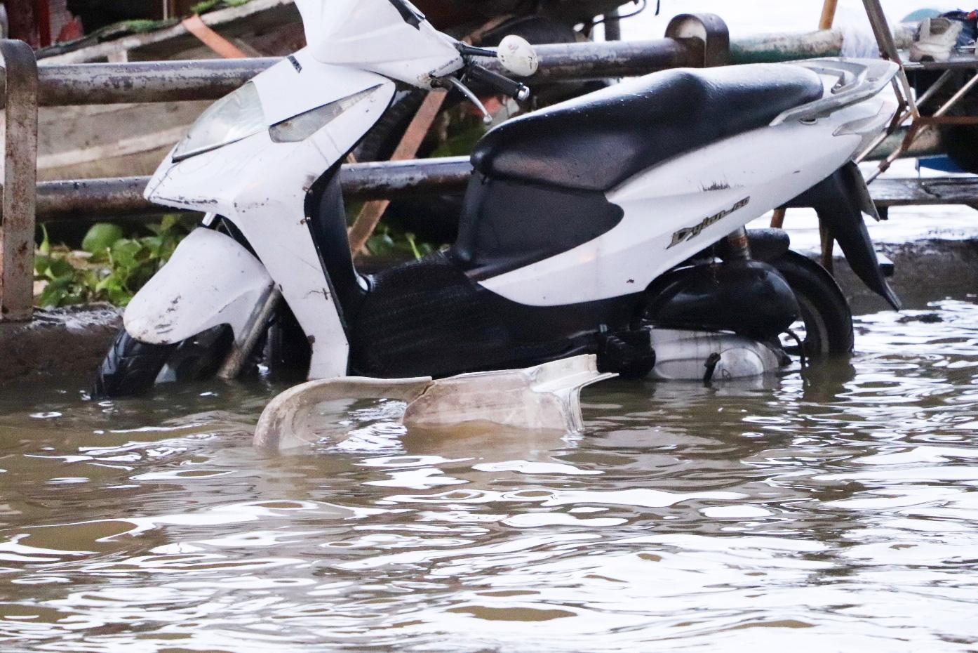 Hết dầm mưa liên tiếp, dân Sài Gòn lại khốn khổ vì triều cường đạt đỉnh, bì bõm dắt xe qua đường ngập - Ảnh 14.
