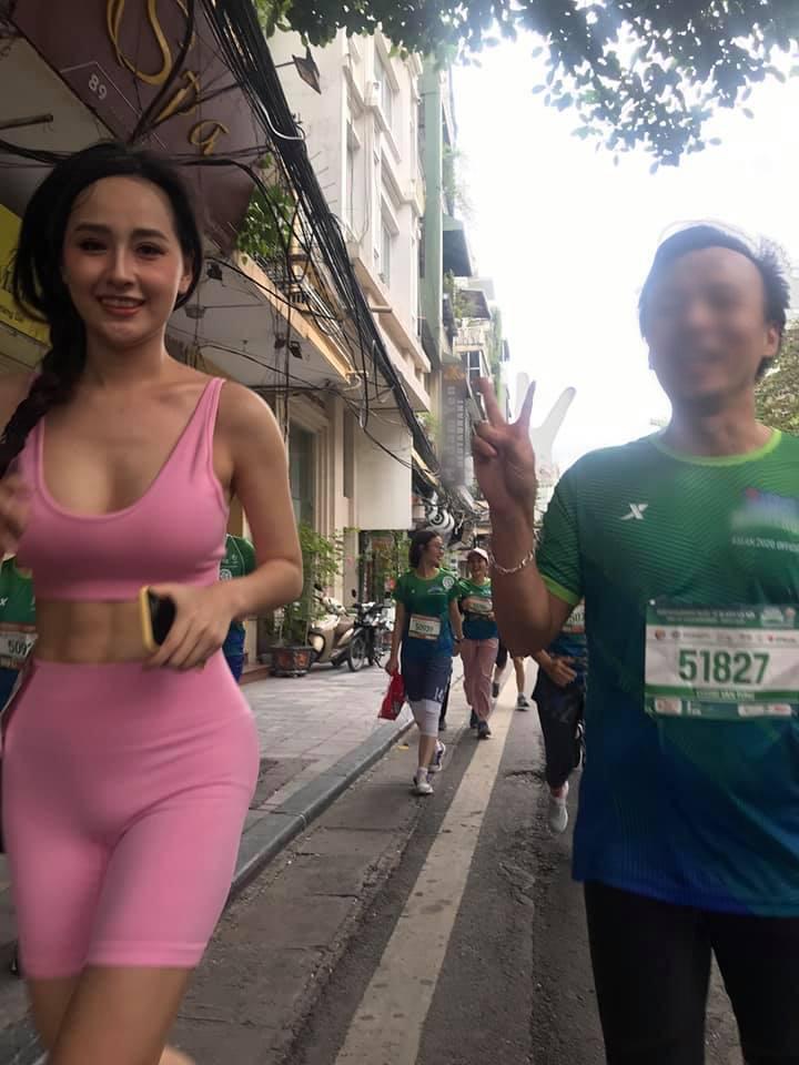 Ảnh Mai Phương Thuý lồ lộ vòng 1 và cơ bụng cực phẩm tại giải Marathon gây sốt, nhưng dân tình lại chỉ chú ý tới lớp makeup và chiếc quần sai trái - Ảnh 4.