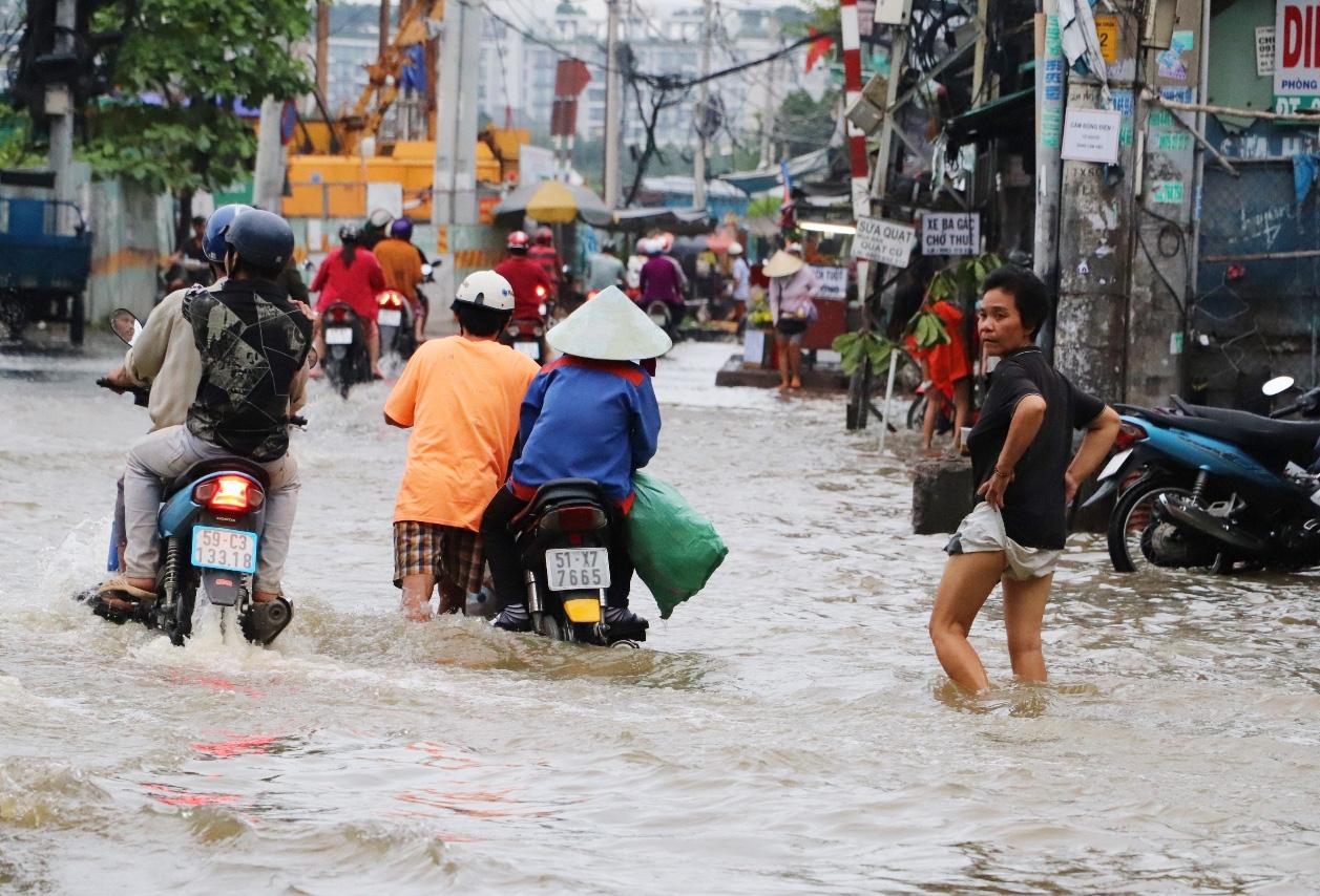 Hết dầm mưa liên tiếp, dân Sài Gòn lại khốn khổ vì triều cường đạt đỉnh, bì bõm dắt xe qua đường ngập - Ảnh 9.