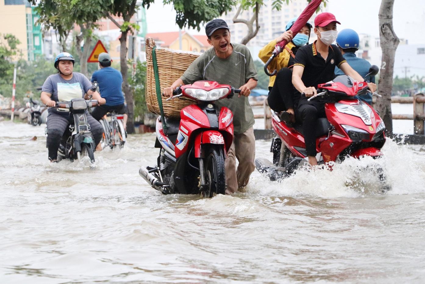 Hết dầm mưa liên tiếp, dân Sài Gòn lại khốn khổ vì triều cường đạt đỉnh, bì bõm dắt xe qua đường ngập - Ảnh 5.