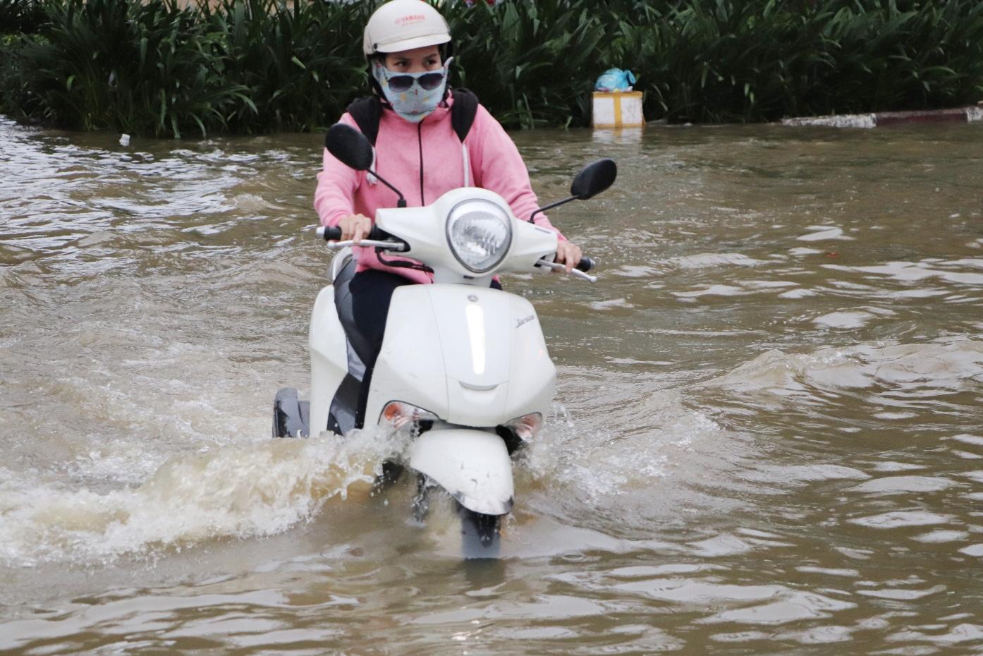 Hết dầm mưa liên tiếp, dân Sài Gòn lại khốn khổ vì triều cường đạt đỉnh, bì bõm dắt xe qua đường ngập - Ảnh 3.