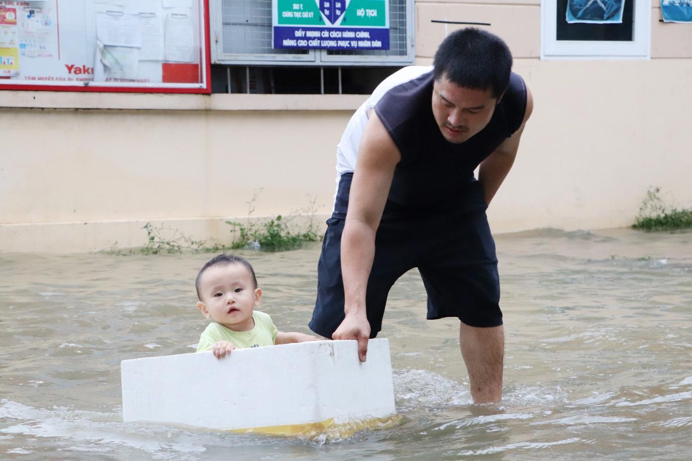 Hết dầm mưa liên tiếp, dân Sài Gòn lại khốn khổ vì triều cường đạt đỉnh, bì bõm dắt xe qua đường ngập - Ảnh 10.