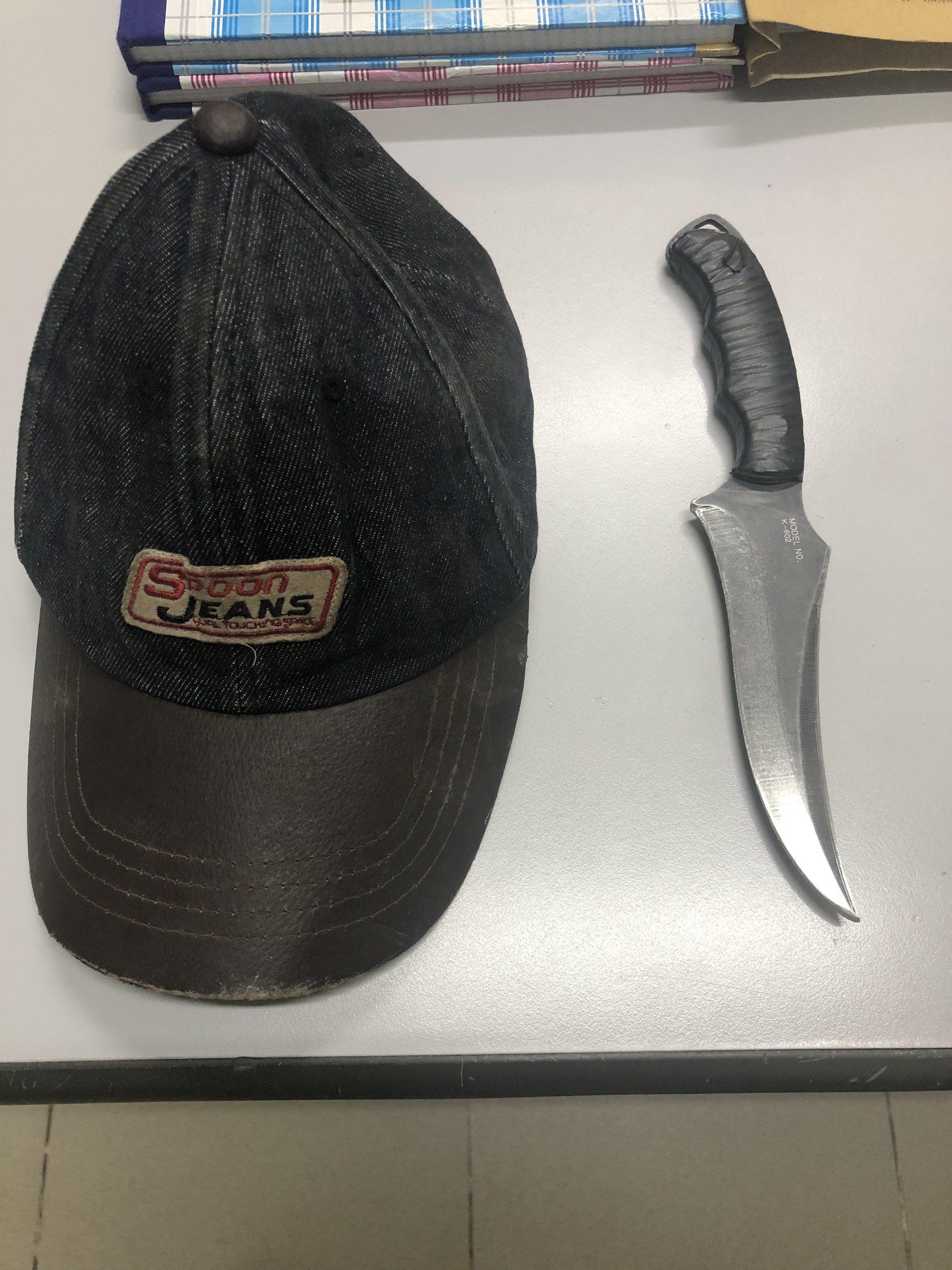 2 thanh niên tông vào xe máy 2 cô gái rồi kề dao, bóp cổ cướp tài sản ở Sài Gòn - Ảnh 4.
