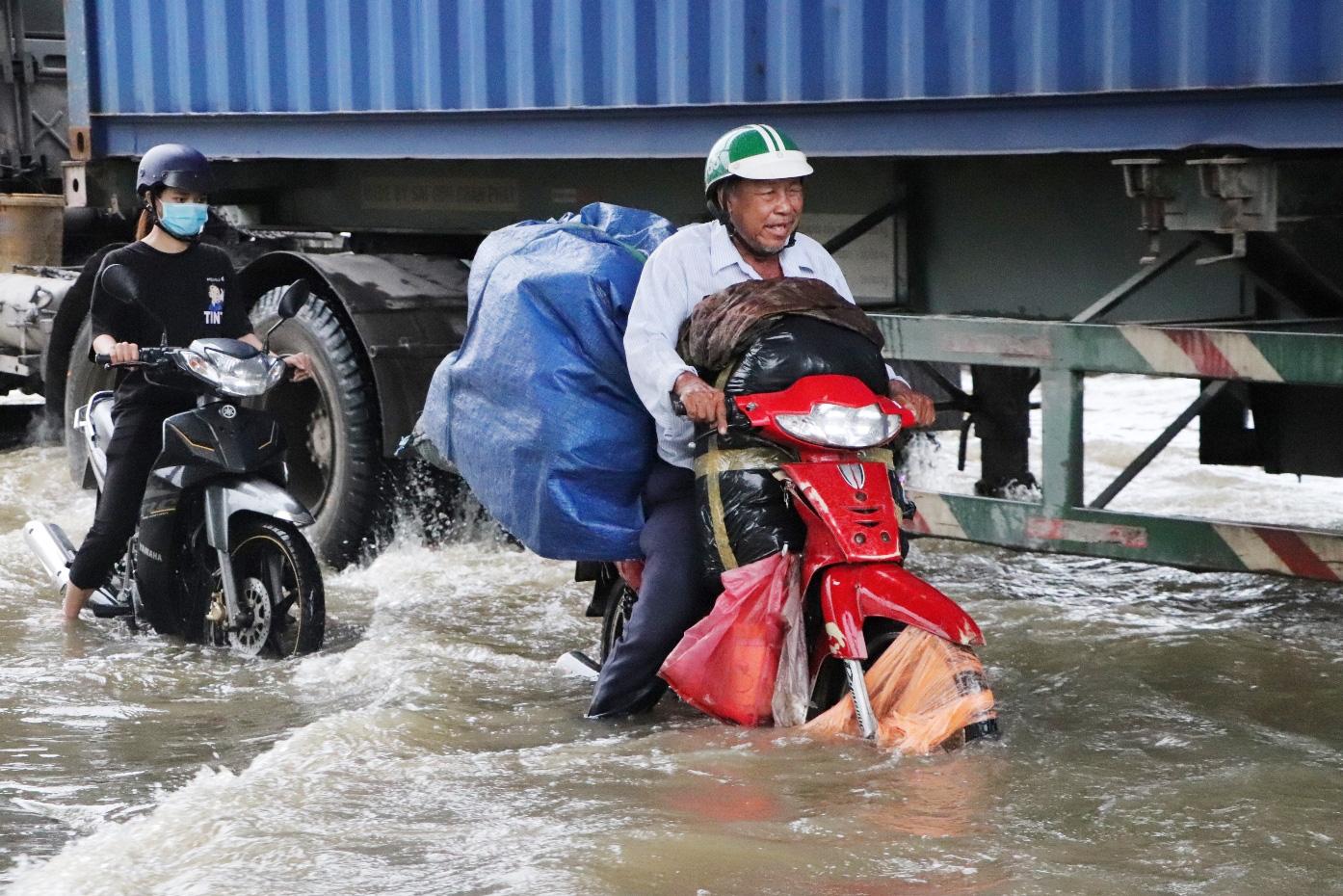 Hết dầm mưa liên tiếp, dân Sài Gòn lại khốn khổ vì triều cường đạt đỉnh, bì bõm dắt xe qua đường ngập - Ảnh 12.