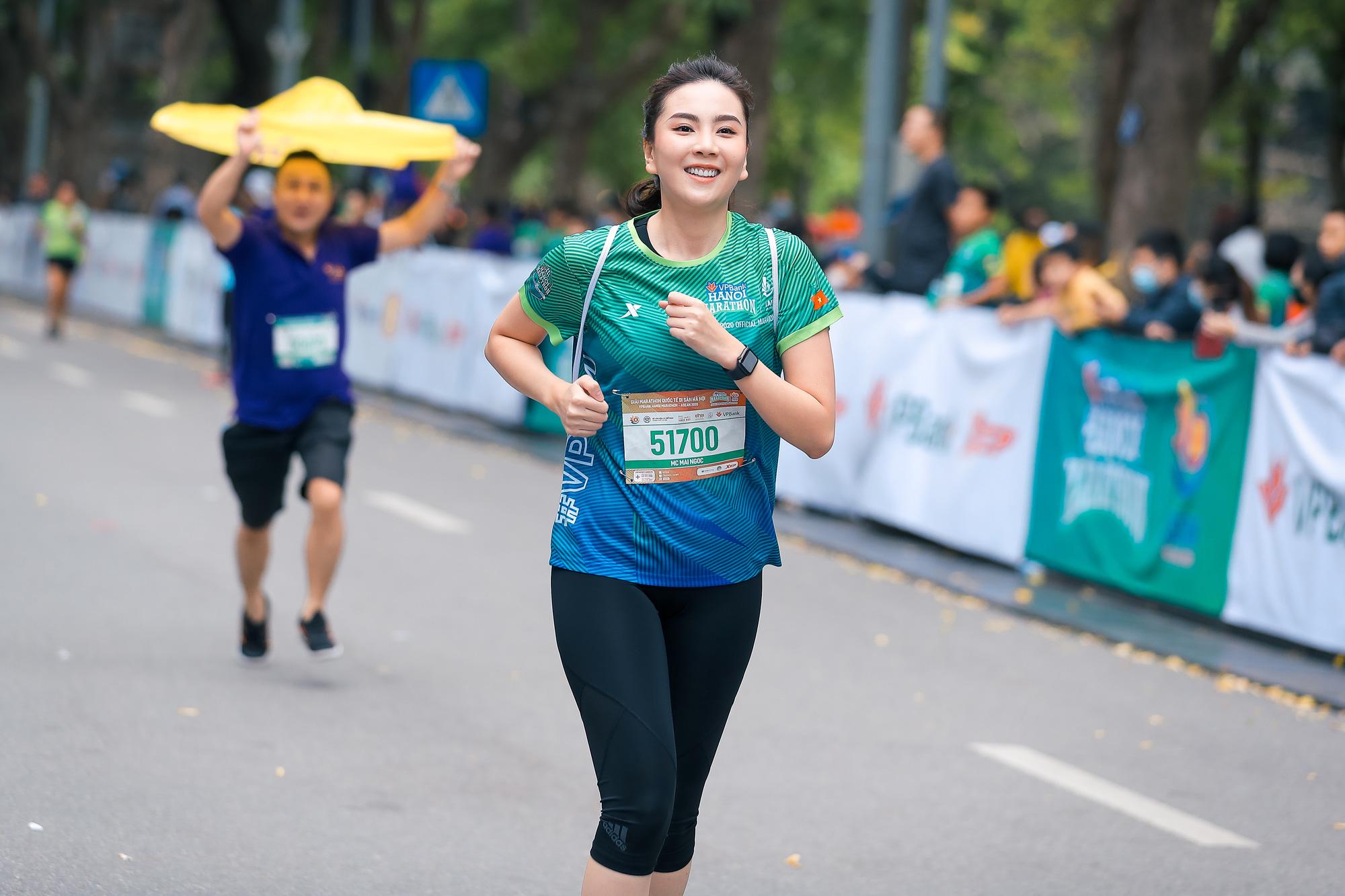 Quân đoàn mỹ nhân gây sốt tại giải Marathon: Mai Phương Thuý chơi trội khoe khéo vòng 1 gần 100 cm, Mai Ngọc xuất hiện rạng rỡ - Ảnh 8.