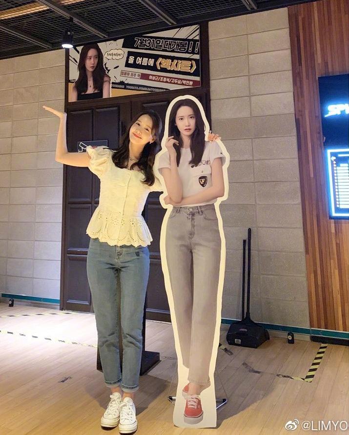 Đứng cạnh bản sao, Yoona tự bóc kéo chân dài quá lố nhưng lại được khen dễ thương siêu cấp - Ảnh 1.