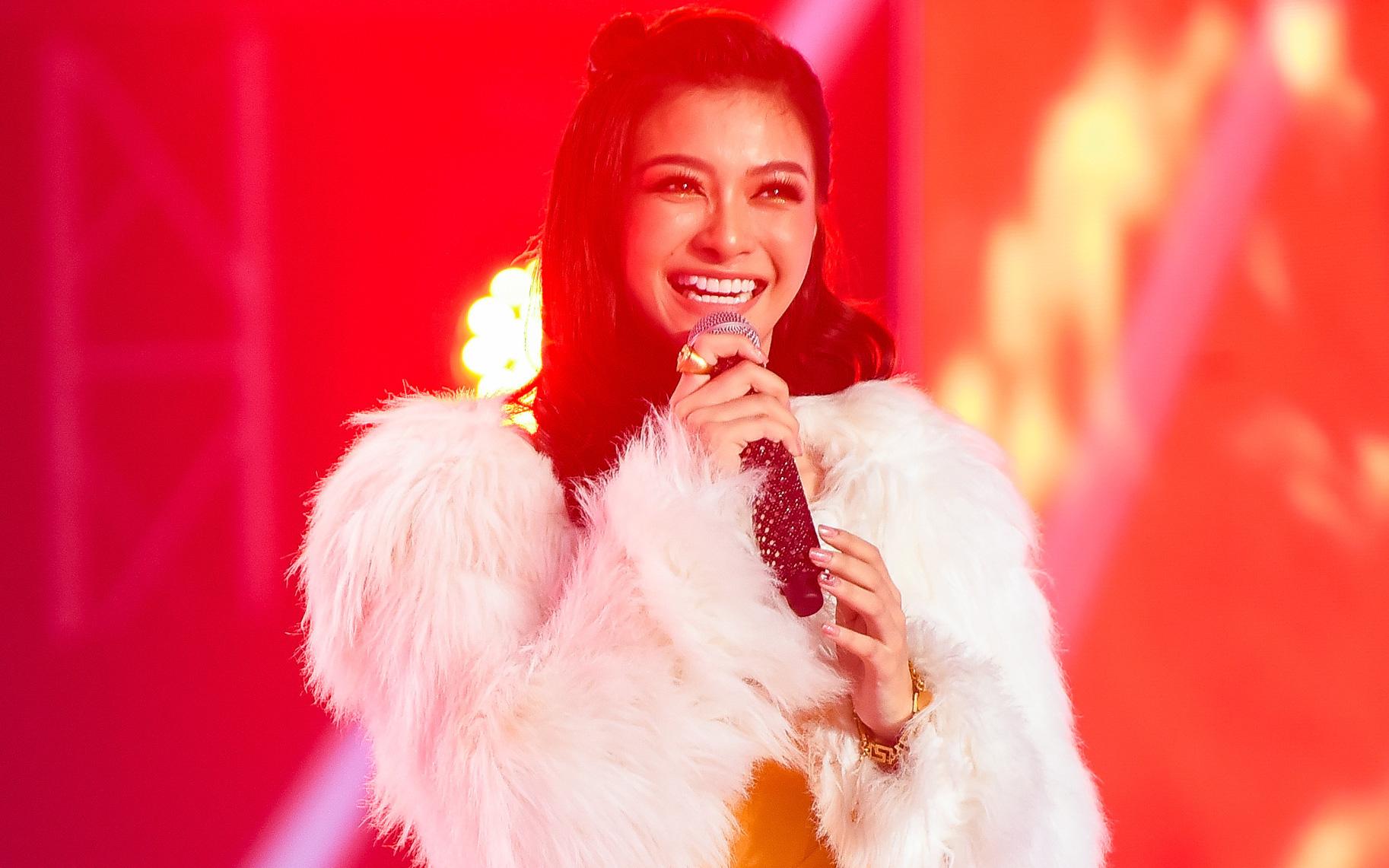 Lona lọt top 10 King Of Rap, fan hoài nghi có người viết hộ lời Rap cho nàng Á hậu