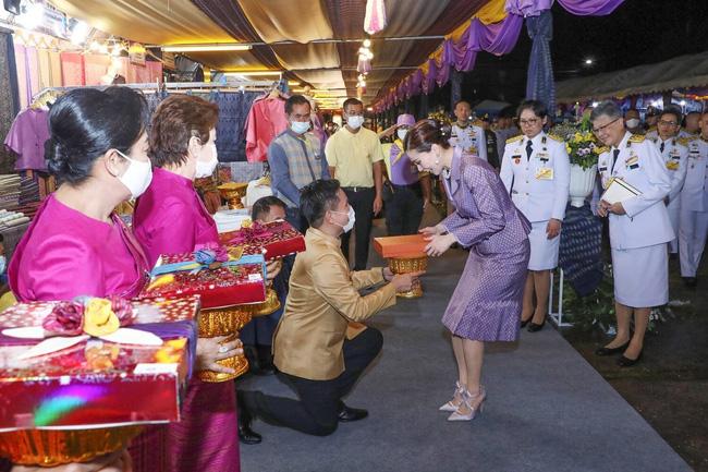 Hoàng tử Thái Lan gây chú ý khi nhấc bổng chị gái trong lễ tưởng niệm cố vương, đặc biệt là thái độ của Hoàng quý phi khi chứng kiến sự việc - ảnh 2