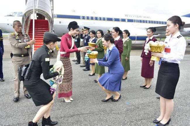 Hoàng tử Thái Lan gây chú ý khi nhấc bổng chị gái trong lễ tưởng niệm cố vương, đặc biệt là thái độ của Hoàng quý phi khi chứng kiến sự việc - ảnh 3