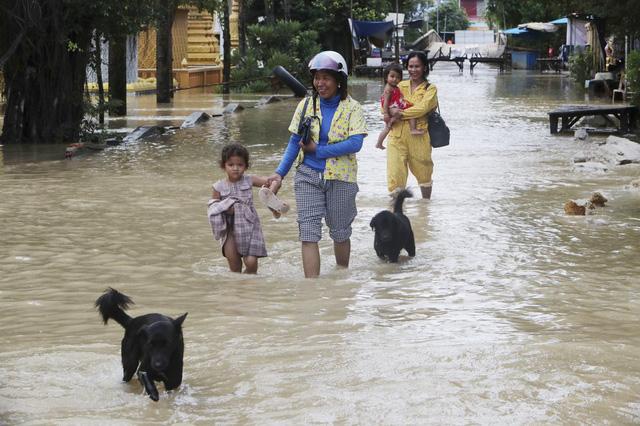 Lũ lụt nghiêm trọng ở Campuchia, hàng chục người thiệt mạng - Ảnh 2.