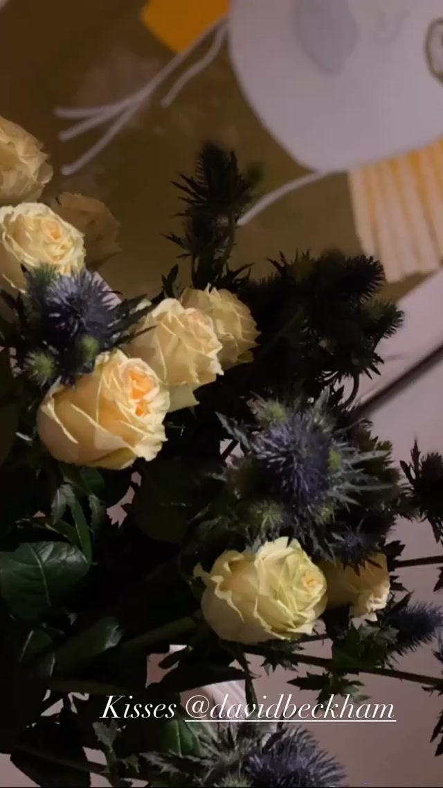 Victoria bất ngờ với món quà giản dị nhưng ấm lòng từ David Beckham, còn khiến các fan phải ghen tị với bức hình tình cảm của hai vợ chồng - Ảnh 1.