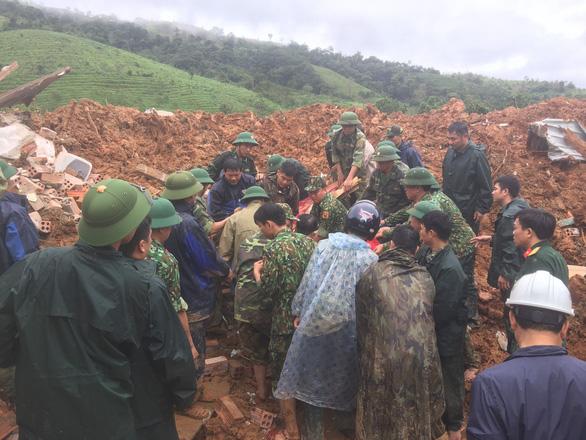 Sạt lở núi vùi lấp 22 cán bộ, chiến sĩ: Đã tìm thấy 12 thi thể, đề nghị dùng trực thăng cứu nạn - Ảnh 1.