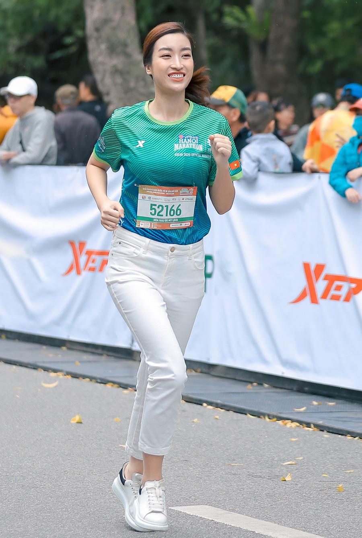Quân đoàn mỹ nhân gây sốt tại giải Marathon: Mai Phương Thuý chơi trội khoe khéo vòng 1 gần 100 cm, Mai Ngọc xuất hiện rạng rỡ - Ảnh 4.