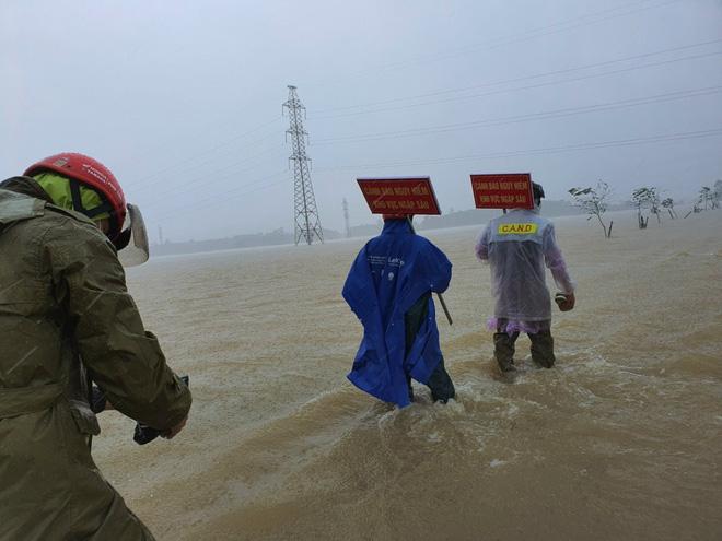 Hà Tĩnh đề nghị rà soát khẩn nơi đóng quân của lực lượng vũ trang, sơ tán dân vùng nguy hiểm - Ảnh 2.