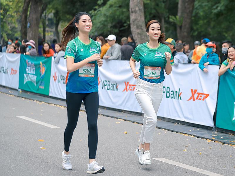 Quân đoàn mỹ nhân gây sốt tại giải Marathon: Mai Phương Thuý chơi trội khoe khéo vòng 1 gần 100 cm, Mai Ngọc xuất hiện rạng rỡ - Ảnh 6.