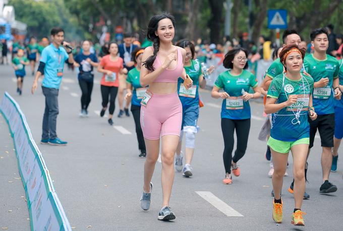 Quân đoàn mỹ nhân gây sốt tại giải Marathon: Mai Phương Thuý chơi trội khoe khéo vòng 1 gần 100 cm, Mai Ngọc xuất hiện rạng rỡ - Ảnh 3.