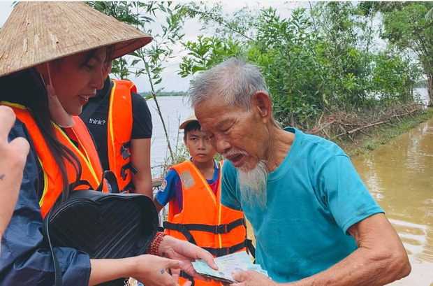 Thuỷ Tiên phát hiện kẻ ăn chặn 40% tiền cứu trợ 2 ông bà cụ tại miền Trung, vạch trần thủ đoạn và quyết xử lý đến cùng - ảnh 4