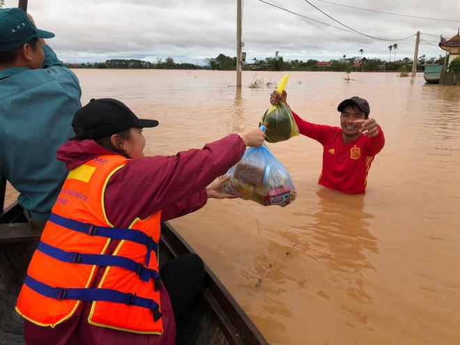 Người dân nhiều tỉnh thành chung tay gói hàng ngàn chiếc bánh chưng, bánh tét cứu trợ khúc ruột miền Trung - ảnh 1