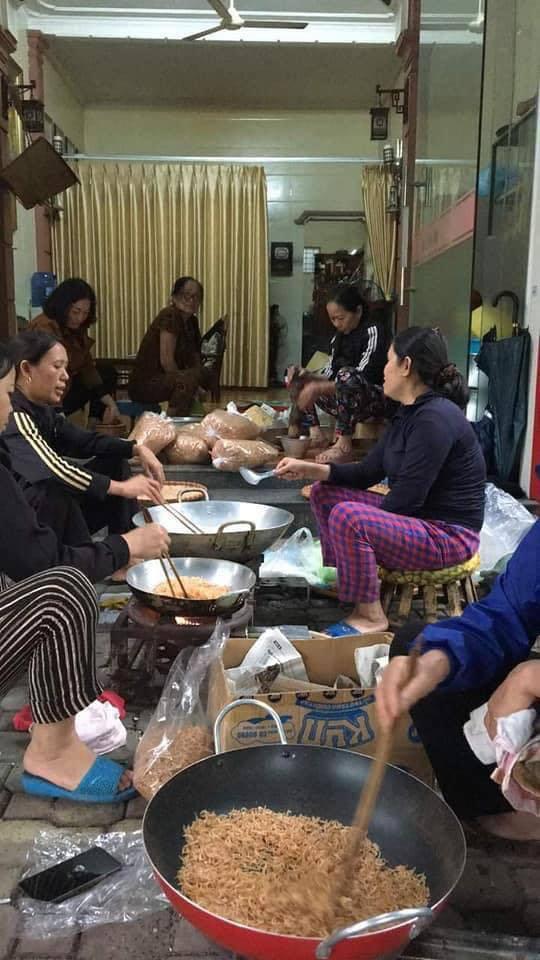 Người dân nhiều tỉnh thành chung tay gói hàng ngàn chiếc bánh chưng, bánh tét cứu trợ khúc ruột miền Trung - ảnh 12
