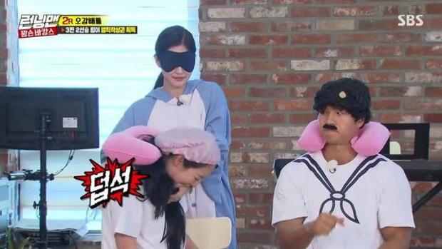 Những lần Jeon So Min chiếm sóng, bạo lực với loạt khách mời: Từ nắm tóc nữ idol kéo lê xềnh xệch đến đạp mạnh BLACKPINK - ảnh 5