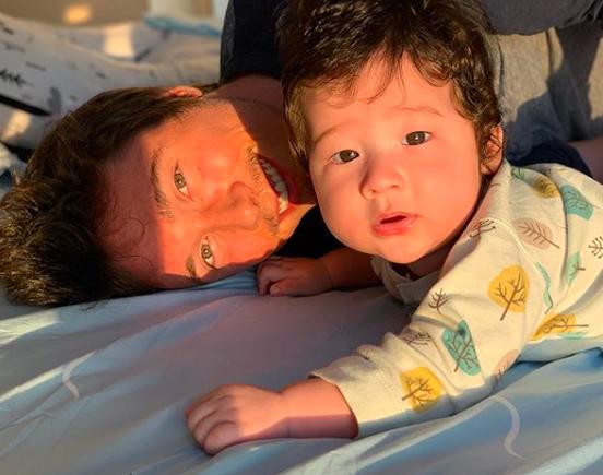Hoàng Oanh khoe ảnh gia đình ở Singapore, nhóc Tây mắt hí chưa gì đã được dự đoán là hotboy tương lai Vbiz - ảnh 2
